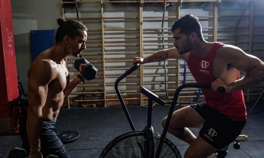 התחלת להתאמן, אז מה קודם מסה או חיטוב?