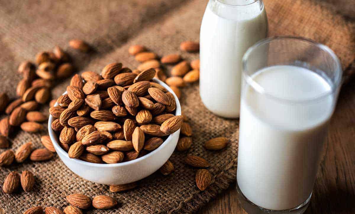 תחליפי חלב, חלב שקדים עם קערת שקדים ליד