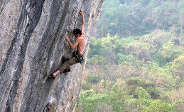 גבר בלי חולצה מבצע טיפוס על הר