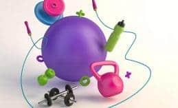 כדור פילאטיס, משקולות, חבל קפיצה, בקבוק מים ירוק ומשקולות בכתבה על טיפים