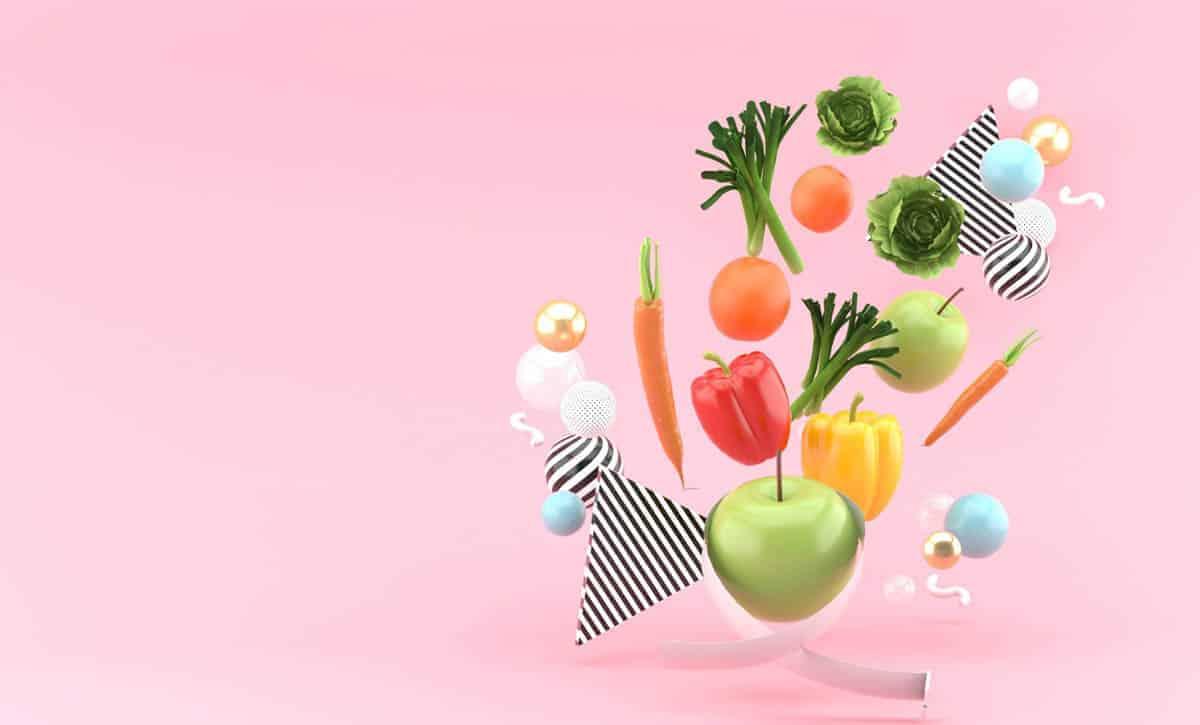פירות וירקות בתפזורת על רקע ורוד