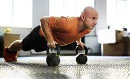 גבר בגיל העמידה מתאמן ומנסה להבין איך שומרים על כושר בגיל 40