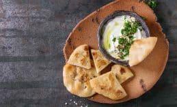 פיתה עם גבינה על צלחת מחרסינה