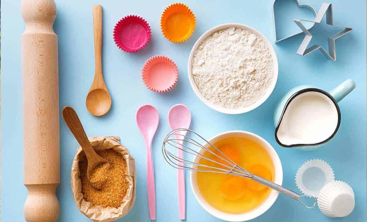 מצרכים להכנת עוגת גבינה, סוכר חום, חלב, מערוך תבניות
