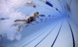 שחיה בבריכה
