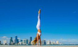 עמידת ידיים – מה הקשר בין יוגה, אנטי אייג'ינג ותנוחות הפוכות?