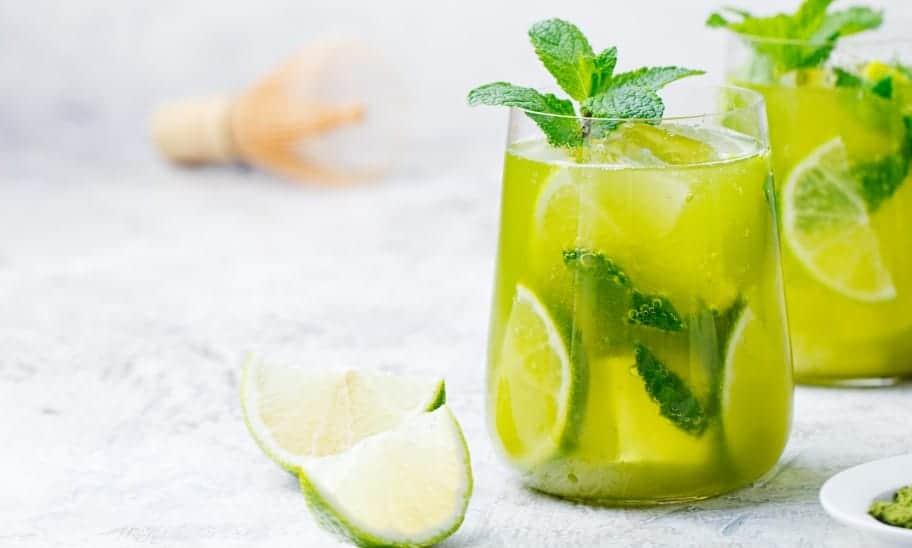 האם לשתות מים עם לימון יכול לעזור לרדת בשומן?